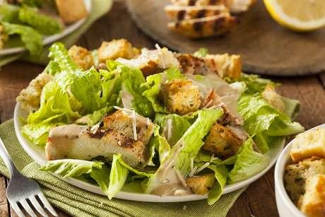 A salada caesar é uma opção deliciosa e leve para acompanhar o seu almoço!