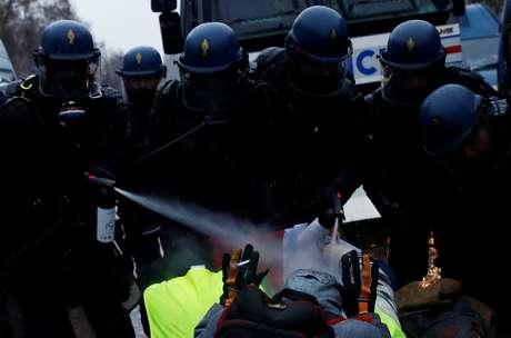Manifestantes na França são contidos com gás lacrimogêneo