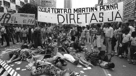 Estudantes de teatro pedem eleições diretas na década de 1980, no Rio de Janeiro