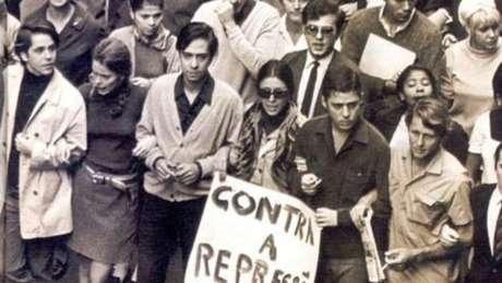 Chico Buarque (dir., segurando cartaz) e outros artistas na Passeata dos Cem Mil, em 1968