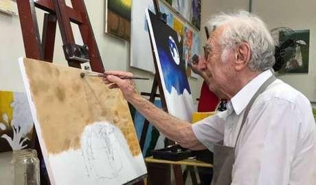 Com habilidades para desenho, senhor Carlos faz aulas de pintura e está indo para o segundo ano de Arquitetura e Urbanismo