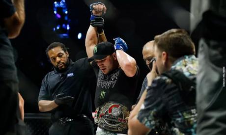 Michael Chandler reconquistou o cinturão dos leves após superar Brent Primus (Foto: Esther Lin/MMA Fighting)