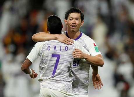 Shiotani e Caio, do Al Ain, comemoram vitória do Al Ain no Mundial de Clubes