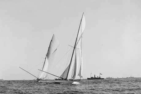 O veleiro Shamrock I (à direita) não ganhou a Copa América, mas conquistou os corações dos americanos