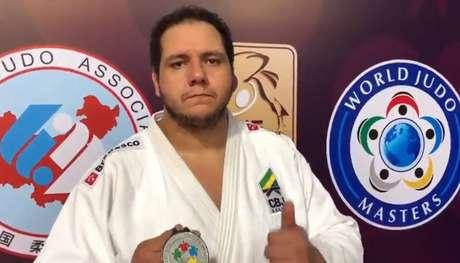 Rafael Silva com a medalha de prata conquistada na categoria peso-pesado no World Masters de judô.
