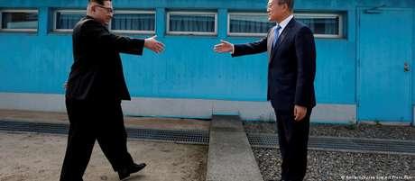 Líder norte-coreano Kim Jong-un (esq.) e presidente sul-coreano, Moon Jae-in, durante encontro na fronteira entre os dois países