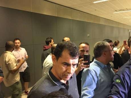 Carille em sua chegada ao Brasil no aeroporto de Cumbica (FOTO: Márcio Porto)
