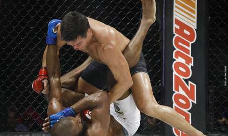 Lyoto Machida derrotou por decisão dividida o compatriota Rafael Carvalho no Havaí (Foto: Esther Lin/MMA Fighting)