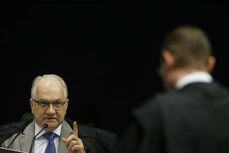 O ministro Edson Fachin (e) responde a um pedido do advogado Cristiano Zanin (d) de adiamento da votação do habeas corpus impetrado pela defesa do ex- presidente Luiz Inácio Lula da Silva, condenado e preso na Operação Lava Jato