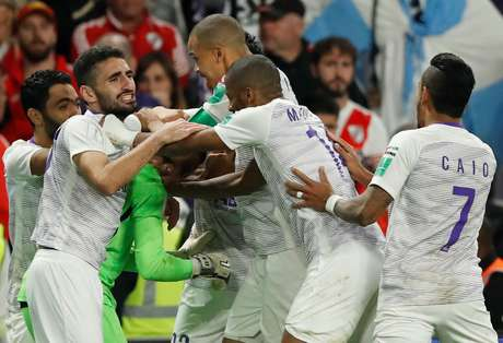 Jogadores do Al Ain comemoram após a vitória nos penaltis