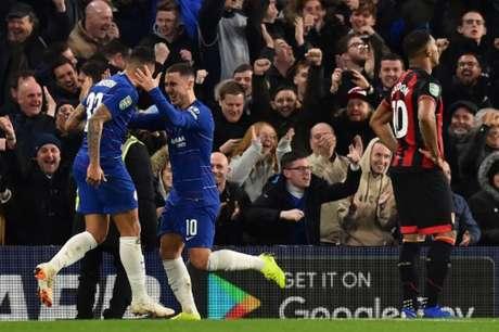 Hazard comemora com Emerson Palmieri (Foto: Glyn Kirk / AFP)
