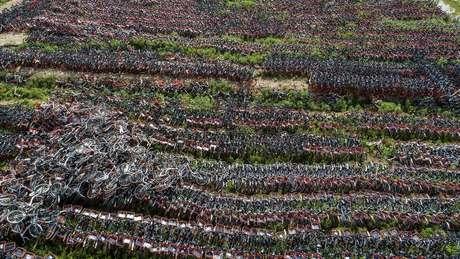 Cemitérios de bicicleta como este na China evidenciaram o problema do crescimento desordenado dos serviços de compartilhamento