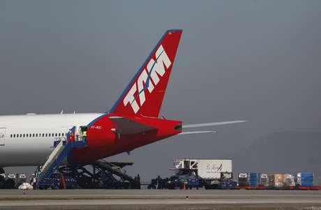 Avião da Latam no aeroporto de Santiago, no Chile 14/08/2010 REUTERS/Ivan Alvarado