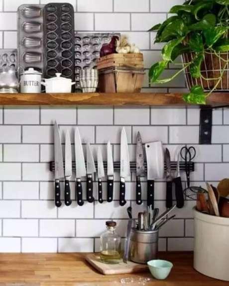 45. A barra magnética pode ajudar quem quer saber como organizar a casa. Foto de Archidea