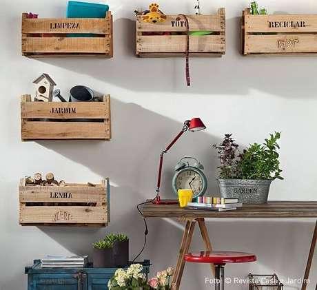 58. Caixas de madeira reaproveitadas como caixas organizadoras na sala. Foto de Nadine Guerra