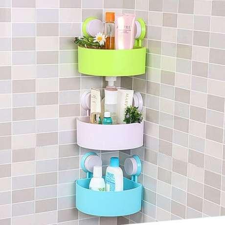33. Os cestos suspensos ou cestos com ventosas são uma forma de aumentar o espaço de armazenamento e organização de objetos. Foto de Alibaba