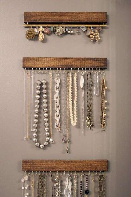 17. Soluções simples como essas estruturas para organizar bijuterias são perfeitas para quem quer saber como organizar a casa. Foto de Conta pra Elas