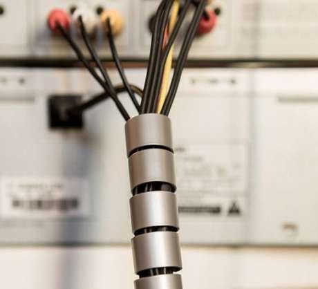 61. O organizador de fios e cabos também é uma mãozinha na organização de casa. Foto de TechTudo