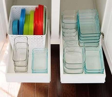 53. Potes plásticos organizados na cozinha. Foto de Smart Organizer