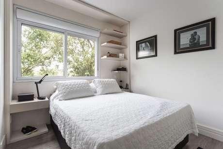 6. Aqui, as prateleiras aproveitam um espaço acima da cama. Projeto de Kali Arquitetura