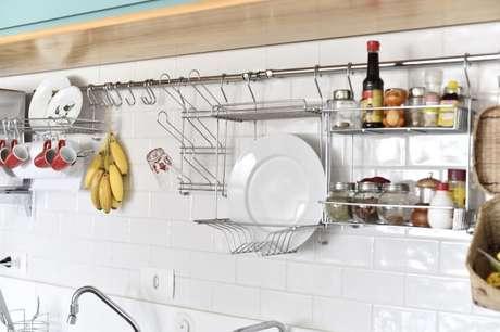 44. O suporte de parede tem conquistado cada vez mais espaço nas cozinhas brasileiras. Projeto de Carla Cuono