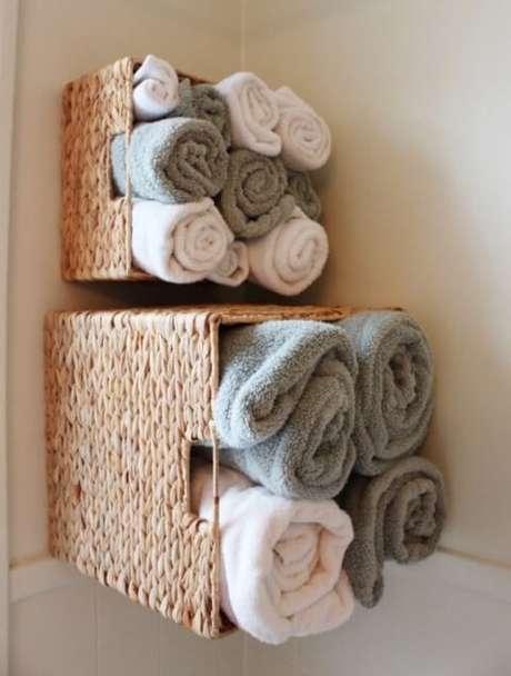 32. Essa técnica de enrolar toalhas pode ser também usada para roupas e outros panos. Foto de Wall