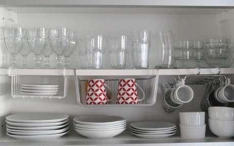 38. E não basta só guardar sua louça, é importante deixar tudo organizado. Foto de Site de Mulher