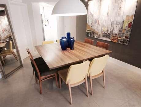 65. Deixar as cadeiras sob a mesa libera espaço ao redor. Projeto de Gláucio Gonçalves