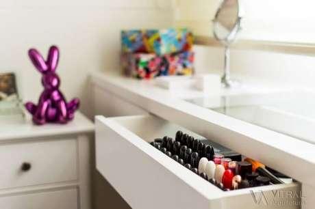 20. Ter um cantinho para as maquiagens ajuda quem está aprendendo como organizar o quarto. Projeto de Vitral Arquitetura