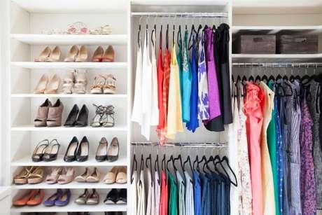 13. Manter o guarda-roupa arrumado facilita o dia a dia. Foto de Odyssey