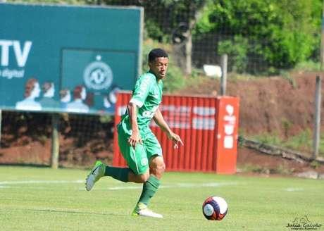 Paulinho, atualmente com 18 anos, já foi campeão estadual sub-20 pela Chapecoense (Foto: Divulgação/Julia Galvão)
