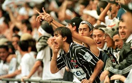 Torcedor do Timão grita das arquibancadas durante a final do Campeonato Brasileiro entre Corinthians e Cruzeiro. Após a disputa das três partidas o placar agregado terminou em 5 a 3 (2 x 2/1 x 1/2 x 0) a favor do clube paulista. Este foi o segundo título brasileiro do Sport Club Corinthians Paulista.