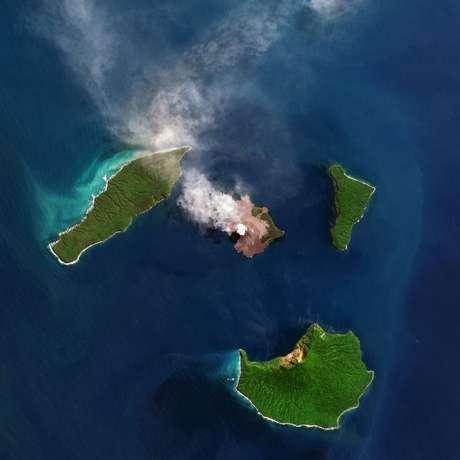 O vulcão Anak Krakatoa fica no meio do oceano, a noroeste da ilha de Java