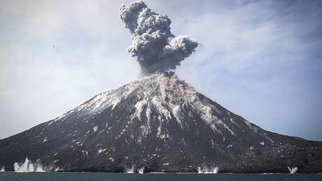 O vulcão Anak Krakatau tem ficado em atividade por anos