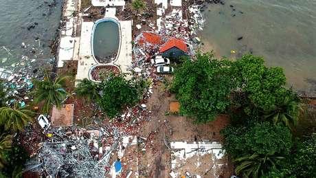 Imagem área mostra destruição na praia de Carita, em Pandeglang, na Indonésia