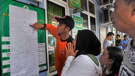 Parentes tentam encontrar parentes em lista de vítimas do tsunami