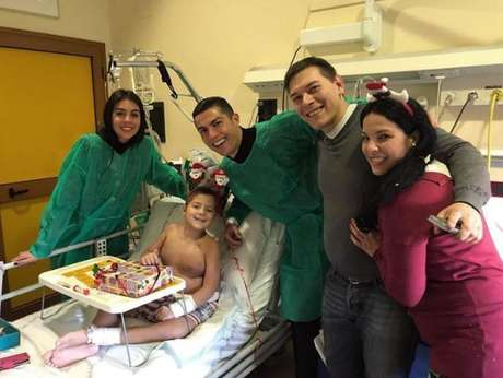 Cristiano Ronaldo durante visita aohospita infantil Regina Margherita, em Turim, nesta segunda-feira.