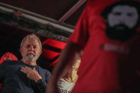 O ex-presidente Luiz Inácio Lula da Silva (PT) durante ato de encerramento de sua caravana pela região sul do país, na Praça Santos Andrade, no centro de Curitiba (PR)