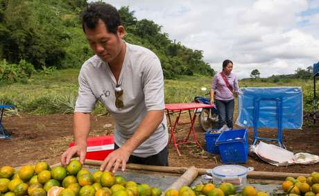 Archawin Mopoaku com as laranjas que vende a turistas