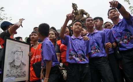 Os meninos resgatados visitaram o memorial dedicado a Saman Gunan neste mês