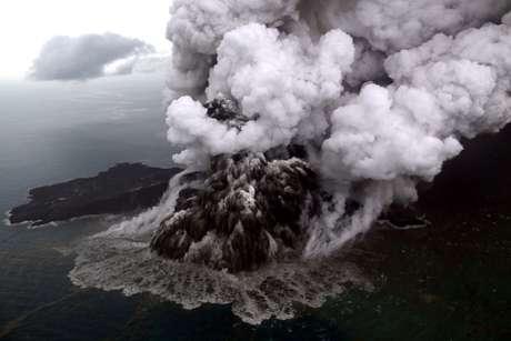 Vista aérea do vulcão Anak Krakatau, na Indonésia 23/12/2018 Antara Foto/Bisnis Indonesia/Nurul Hidayat/ via REUTERS