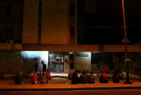 Pessoas vão para as ruas em Caracas, na Venezuela, após o tremor (27/12/2018)