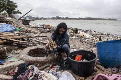 Ruínas de casa destruída por tsunami na Indonésia