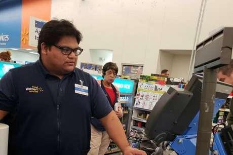 Operador de caixa John Lopez Jr trabalha no Wallmart, em Princeton