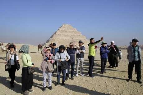 Explosão mata turistas em ônibus perto de pirâmides no Egito