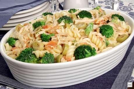 Macarronada com frango e brócolis