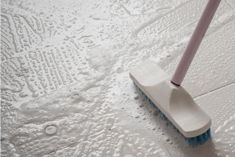 Esfregue o chão da cozinha com movimentos circulares