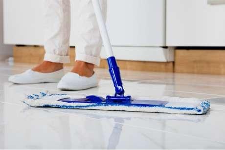 Produto para limpar porcelanato da cozinha: veja como fazer