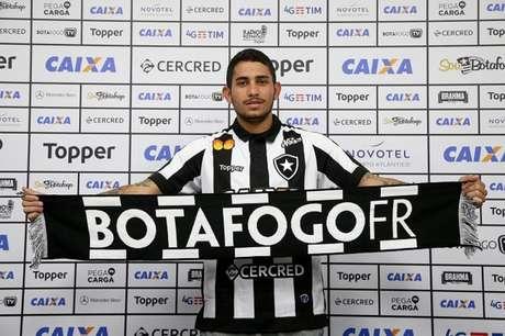Leandro Carvalho, em sua apresentação ao Botafogo: hora de retornar e voltar (Foto: Vitor Silva/SSPress/Botafogo)