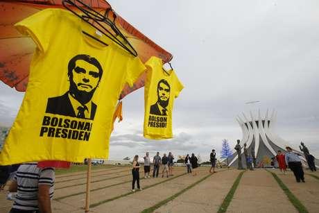 Ambulante vende camisetas com a imagem do presidente eleito, Jair Messias Bolsonaro (PSL), em Brasília
